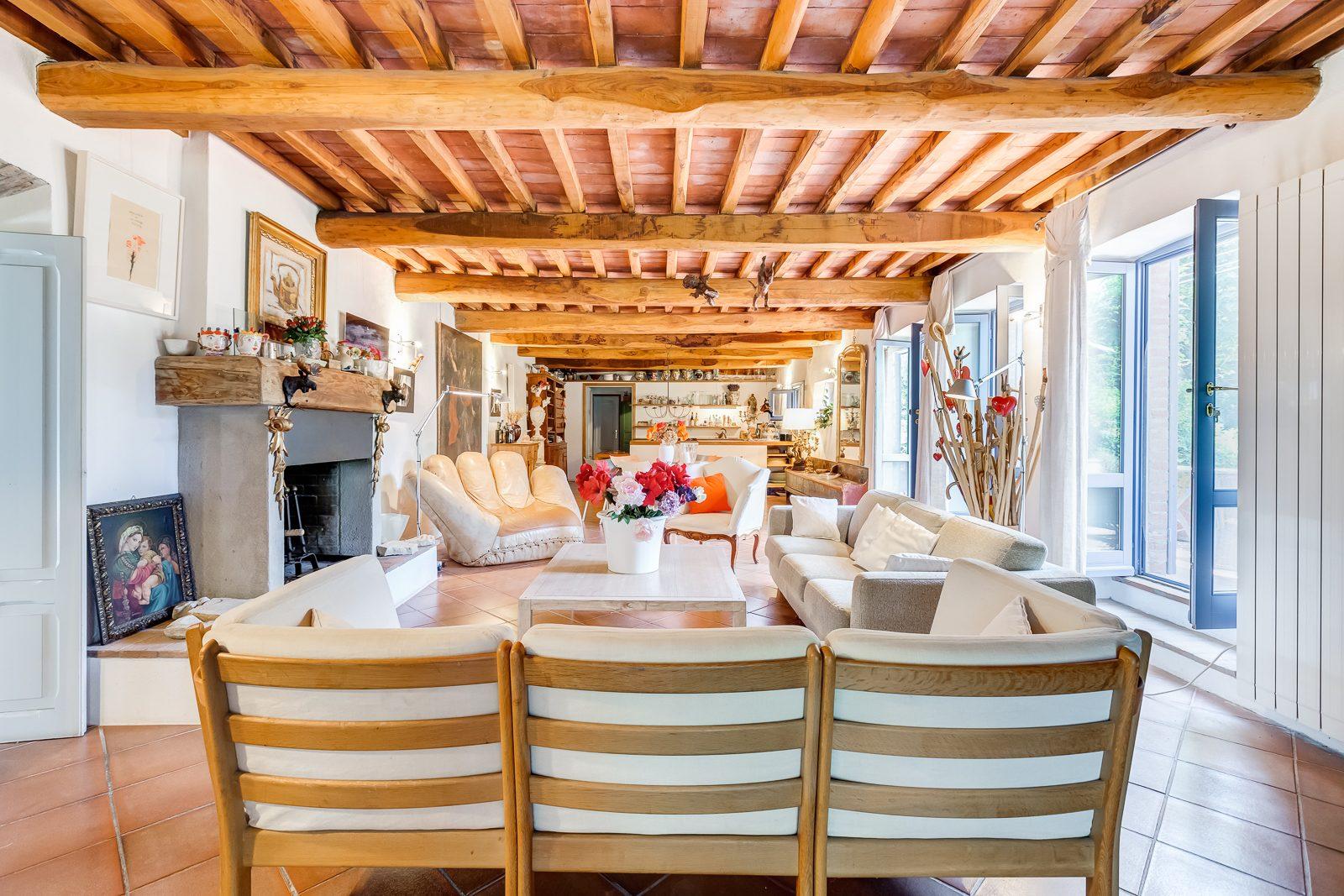 A Porto Ercole, in località Poggio Pertuso, proponiamo in vendita uno splendido casale di 370 mq coperti perfettamente ristrutturato, con vista sulla laguna di Orbetello e circondato da un curatissimo parco di oltre 7.000 mq.