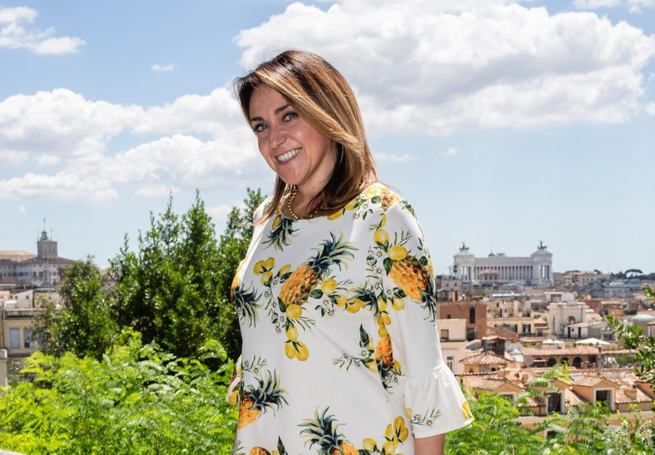 Ecco la storia di un blog immobiliare -Silvia Rossi è realtor, un'agente immobiliare che vi aiuterà a trovare la casa dei vostri sogni a Roma. In questa fotografia Silvia Rossi RE appare sorridente con alle spalle lo Skyline di Roma