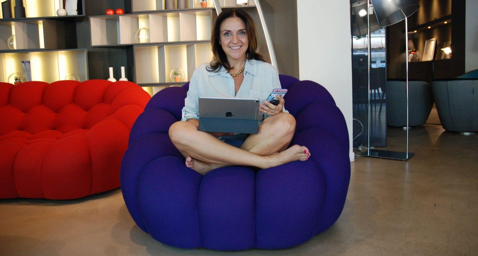 Silvia Rossi, agente immobiliare di lusso, PR e blogger. Divano: Roche Bobois.