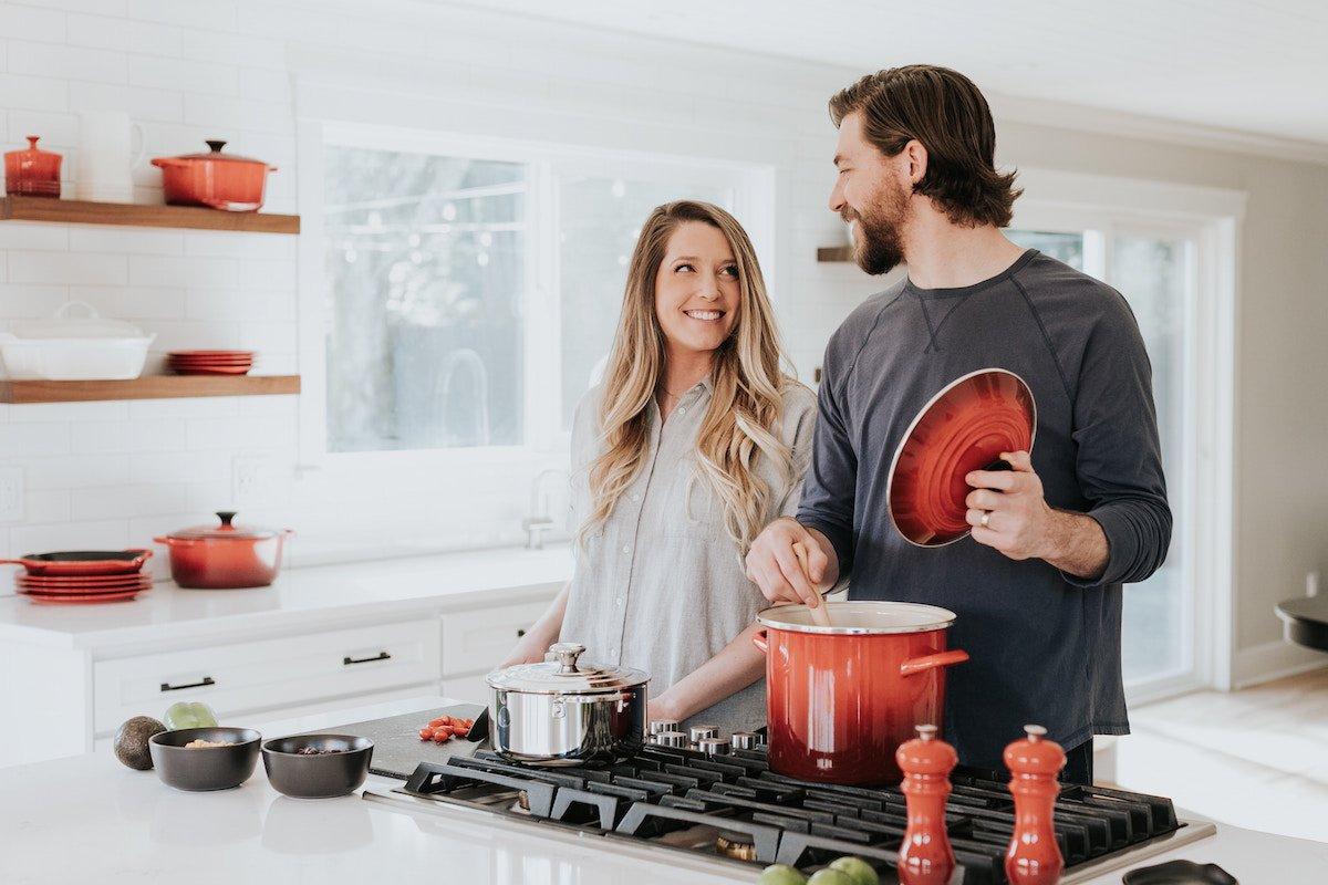 architettura in cucina: una coppia sta cucinando