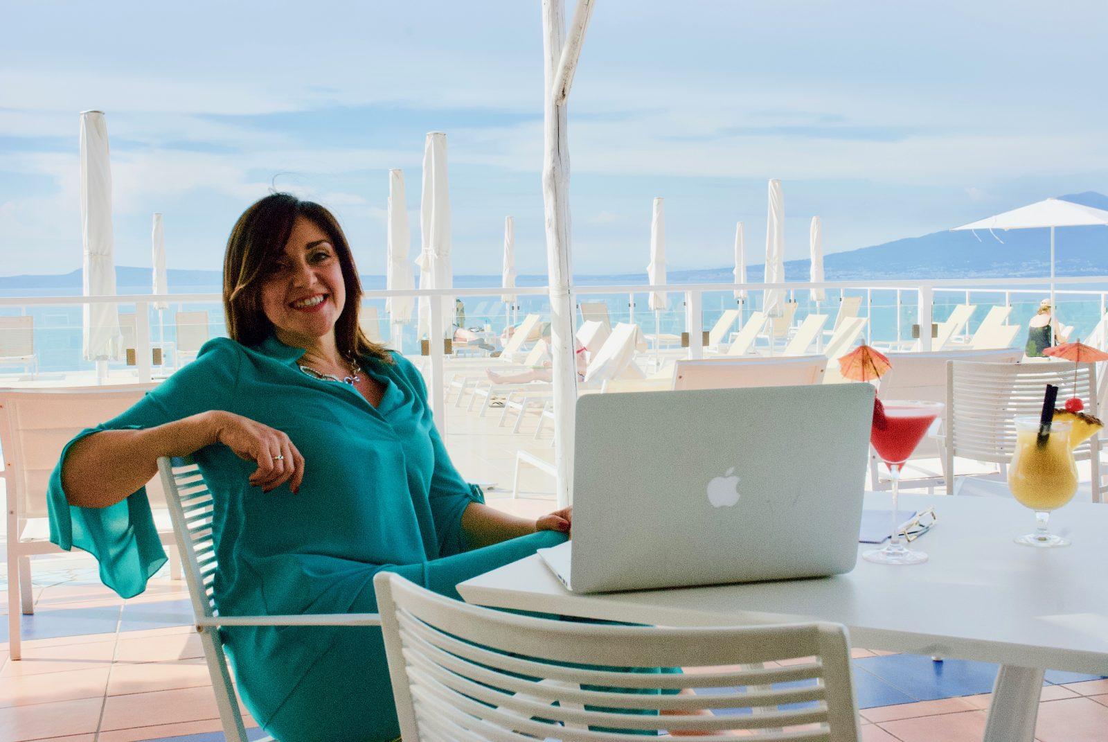 Conversioni: Silvia Rossi e il suo computer mostrano come usare i social media per ottenere conversioni per l'attività professionale di
