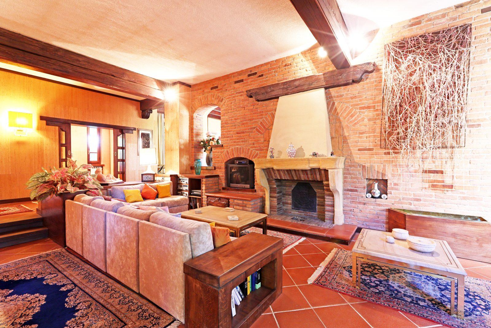 Villa di pregio nel Monferrato. In foto il salone di rappresentanza con camino.