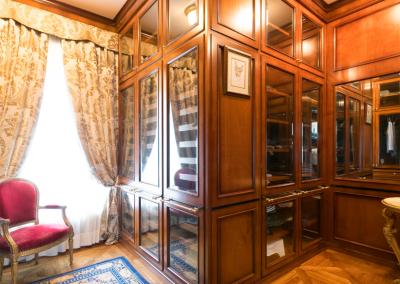 The Golden Villa - the walk-in closet
