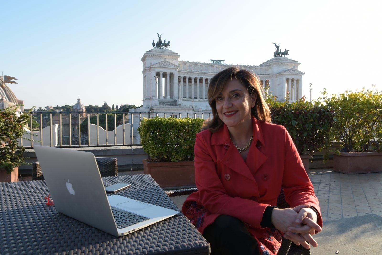 Silvia Rossi su una terrazza panoramica sul Vittoriano